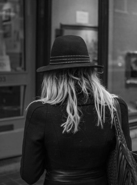 dame met hoed achterkant (1 van 1)