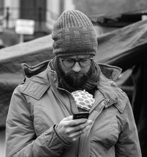 man met smartphone (1 van 1)