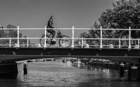 dame fietst op brug (1 van 1)