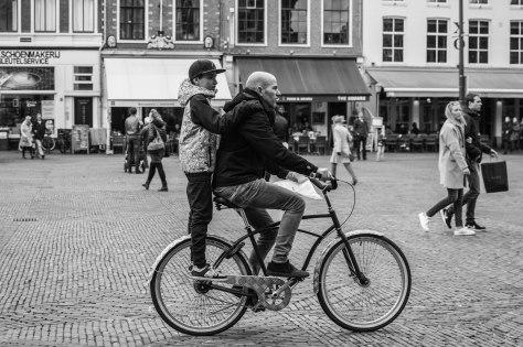 jongen staat fiets (1 van 1)